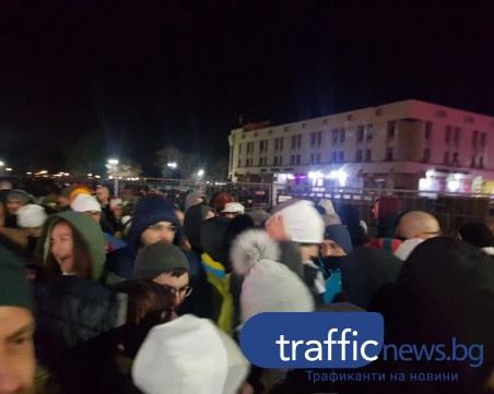Пълен хаос след края на откриващото събитие, влизащи и излизащи се блъскат по КПП-тата СНИМКИ