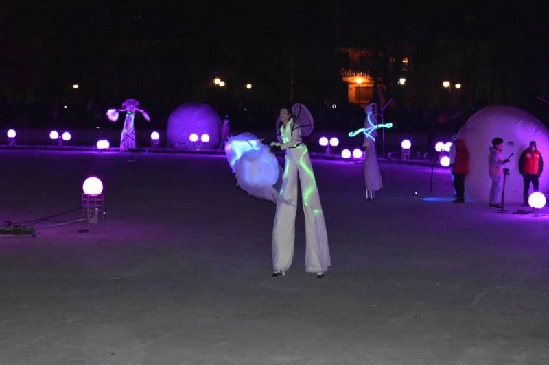 Пловдивчани препълниха Цар-Симеоновата градина в очакване на огненото шоу ВИДЕО и СНИМКИ