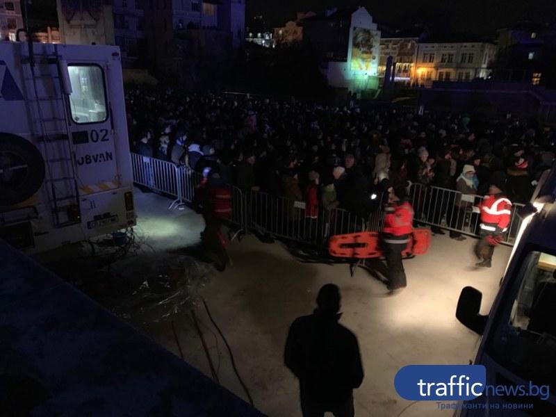 Зрителка припадна под кулата в Пловдив, изкарват я с носилка СНИМКА