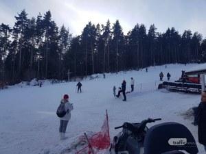 Само на 25 км от Пловдив: Деца с шейни и скиори се радват на снега СНИМКИ