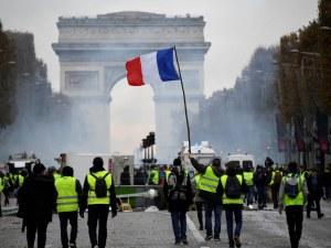 БТР на френската полиция разрушава легендарния паваж до Триумфалната арка ВИДЕО