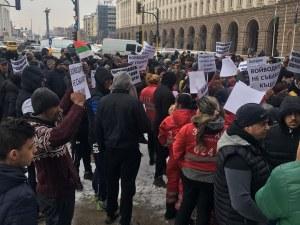 Роми с плакати обсадиха Министерски съвет, искат Каракачанов да си ходи