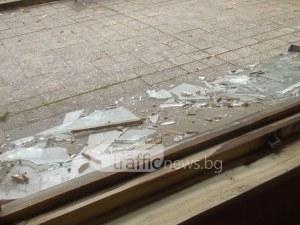 Ураган в Сопот! Хвърчат стъкла, евакуираха учениците от гимназията СНИМКИ и ВИДЕО