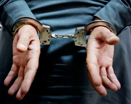 Арестуваха младеж, замерял с камъни дома на свой приятел