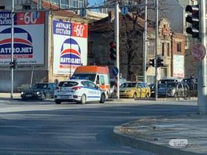 Лек автомобил и бус се блъснаха на Сточна гара СНИМКИ