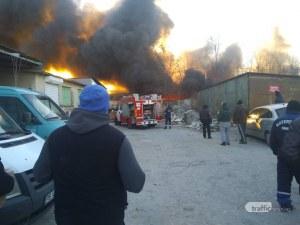 Пожар избухна до борсата в Първенец, три пожарни гасят пламъците СНИМКИ+ВИДЕО