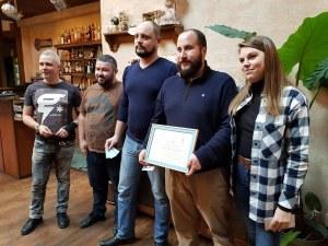 Приятели на пловдивски рок бар смениха професията за вечер, за да помогнат на 23 нуждаещи се деца СНИМКИ