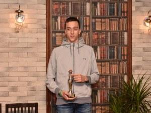 """Връчиха купата за """"Изгряваща звезда"""" на Пловдив на 14-годишен баскетболист"""
