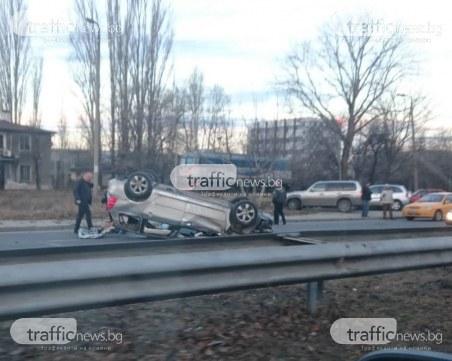 Кола се обърна по таван на Асеновградско шосе