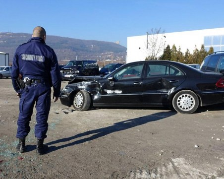 Двама младежи потрошиха 16 коли в автокъща, опитали се да подкарат автомобил