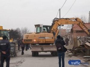 Собственици на незаконни къщи във Войводиново жалят събарянето им