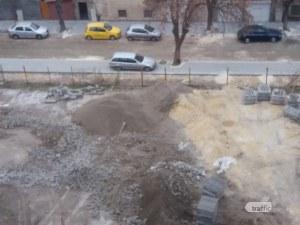 Разкопан или пък не, тротоарът всички пловдивски коли ще побере! СНИМКА