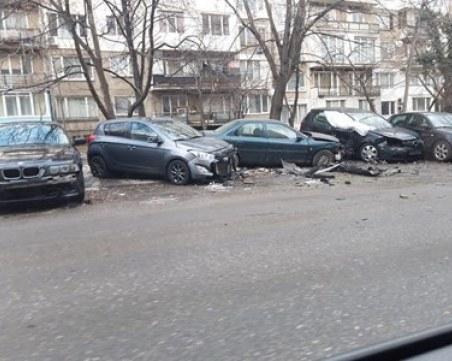 БМВ помля паркирани коли в столичен квартал СНИМКА