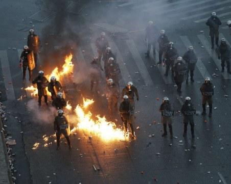"""Коктейли """"Молотов"""" и сълзотворен газ хвърчат при сблъсъци в Атина заради Македония"""
