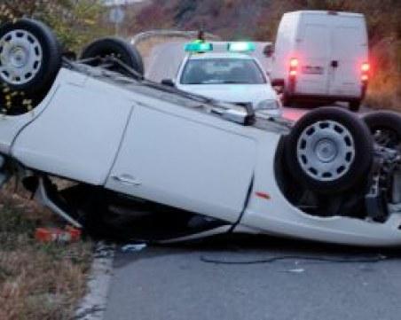 26-годишен шофьор обърна по таван кола с двете си деца в нея