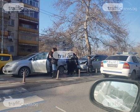 """Шофьорка спря на пешеходна пътека на """"Източен"""", ван я блъсна отзад СНИМКИ"""