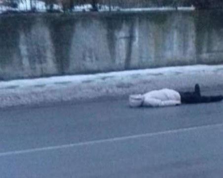Психично болна се преструва на умряла на пътното платно, за да й дадат пари