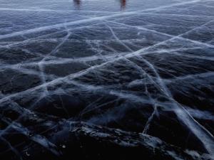 Езерото Байкал замръзна, фотографи се втурнаха към него