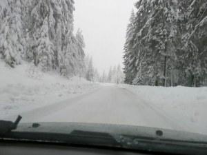 Обилен сняг в Смолянско, пътищата са като писти, бус падна в крайпътна река СНИМКИ