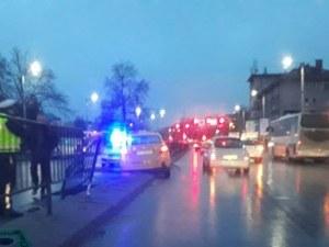 """Такси се вряза в мантинелата до автогара """"Юг"""" СНИМКИ"""