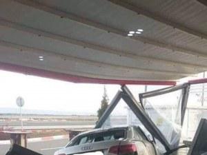 Зрелищна катастрофа! Ауди излезе от АМ Тракия и се паркира в бензиностанция СНИМКИ