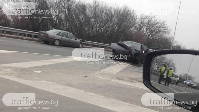 Два автомобила са се ударили челно край Труд, има пострадал