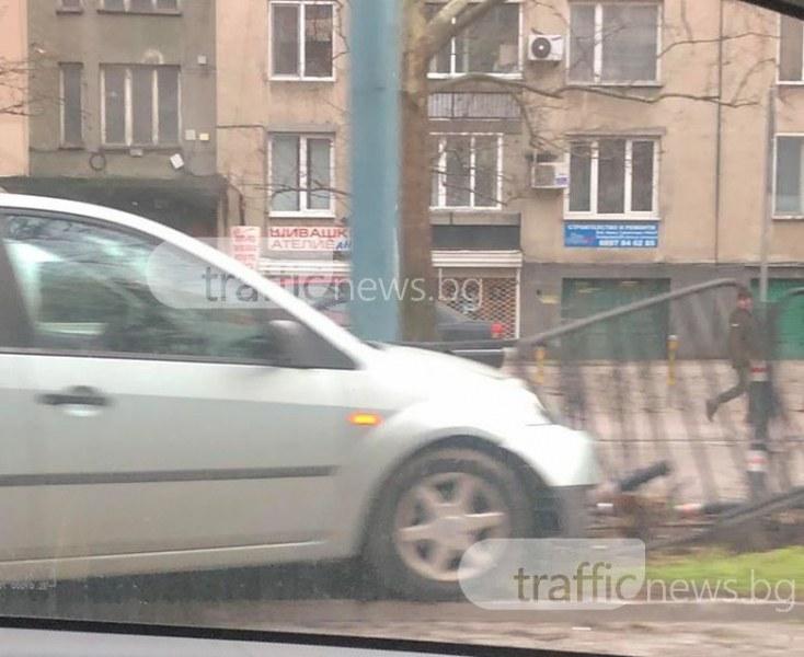 Форд връхлетя мантинелата до Камела! На мястото има линейка СНИМКИ