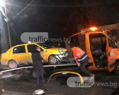 Катастрофа на Бетонния мост! Такси и лека кола се помляха СНИМКИ