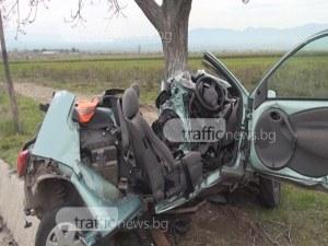 Жестоко меле край Пловдив! Кола се вряза в дърво, млад мъж загина намясто