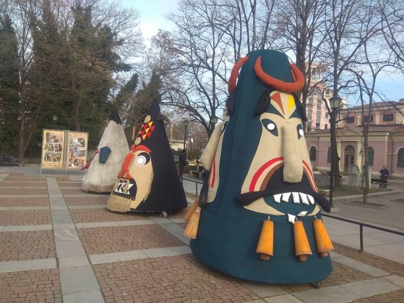 Страшни кукерски маски гонят злите духове от Пловдив СНИМКИ