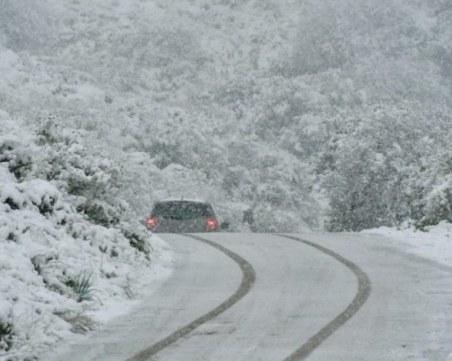 Нова снежна покривка в Родопите! 23 машини чистят снега в Пазаржишко