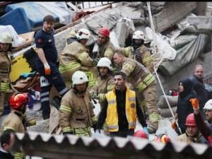 Расте броят на жертвите от срутения блок в Истанбул СНИМКИ