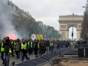 """Безредици в Париж! Пуснаха сълзотворен газ срещу """"жълтите жилетки"""" СНИМКИ"""