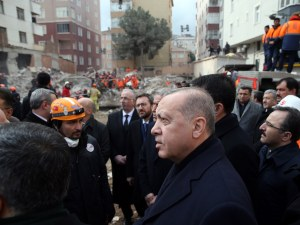 Броят на жертвите от срутилия се блок в Истанбул вече са 17