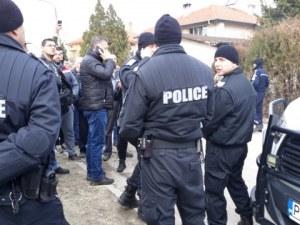 Ромите се върнаха във Войводиново, селото се вдигна отново на протест СНИМКИ