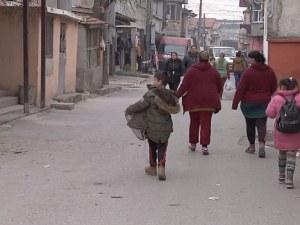 Ромите от Сливен скочиха срещу Каракачанов: Да не се занимава с нас, да си гледа военните