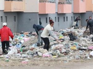 Започна почистването на потъналия в боклуци блок в ромската махала в Казанлък
