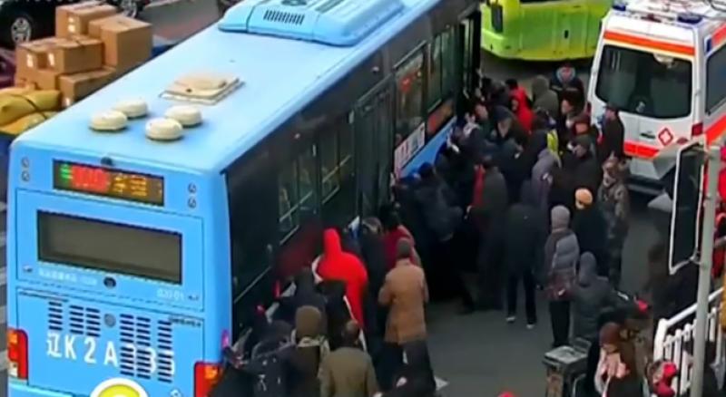 Спасиха момиче, затиснато под 10-тонен автобус, за... 9 минути