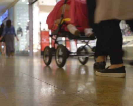 Жена задигна детска количка и тротинетка, друг пък отмъкна контейнери