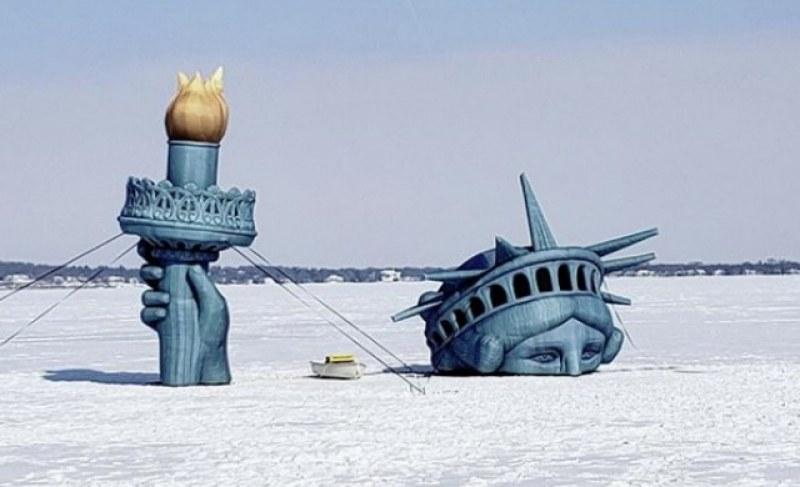 Не сте я виждали такава! Статуята на свободата се издига от дъното на езеро СНИМКИ