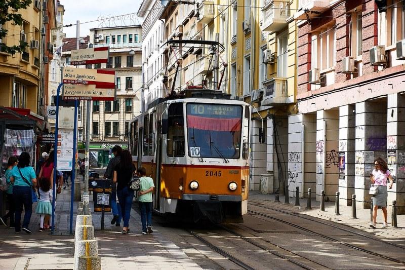 Кола и трамвай се сблъскаха в столицата