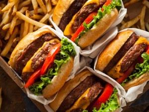 Блогърка печели стотици хиляди лири като яде по 10 000 калории на ден