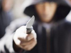 Мъж не успя да получи пратката си в поща в Кърджали, извади нож