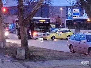 Автобус се заби в такси на кръстовище в Пловдив СНИМКИ