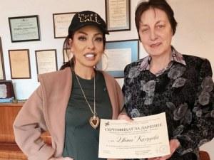 Ивана предаде даренията от юбилейния си концерт на директора на пловдивско училище