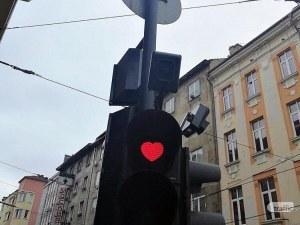 Светофарите в София грейнаха със сърца за Свети Валентин СНИМКИ
