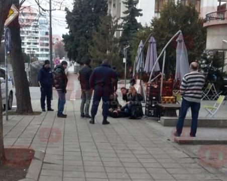 Изнасят полумъртъв млад мъж от жилищна сграда, друг лежи върху тротоар в Бургас