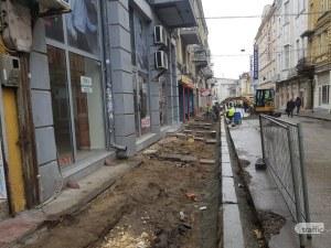 Минус 50% паркоместа: Разкопаха централна улица в Пловдив, правят я по подобие на