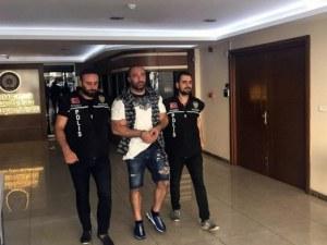 С белезници и с цивилна охрана пристига Митьо Очите от Турция
