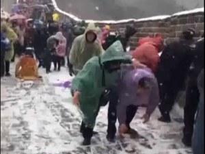 Великата китайска стена се превърна в ледена пързалка ВИДЕО